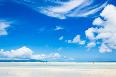 夏の海辺と空と雲